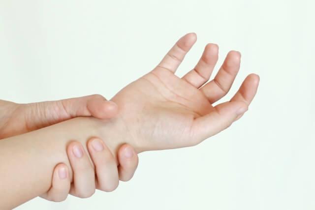 スマホやタブレットを長時間使用するのは、腱鞘炎の原因になる!?